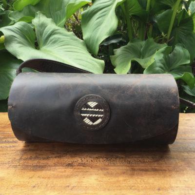 Regalos Colombianos - Bolso cilíndrico en cuero y madera + caña flecha